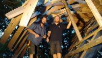 Baustelle Caminas Stefan und Tim am Lamellendach